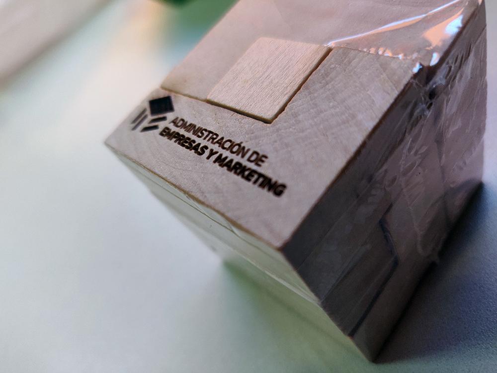 Grabación láser de piezas de madera para INNN